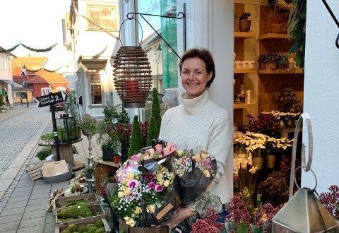MAKS SYV: Gunn Rogn Hegge hos Hegges blomster har satt begrensning på maks syv i butikken samtidig.