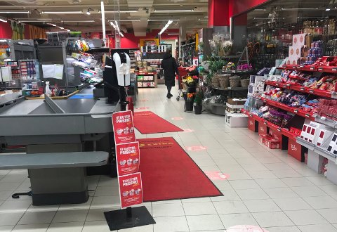 En kunde er ikke fornøyd med dagligvarebutikkens håndtering av smittevern.