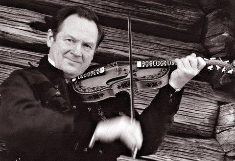 KULTURPERSONLIGHET: Folkemusikeren Hauk Buen fra Jondalen har gått bort.