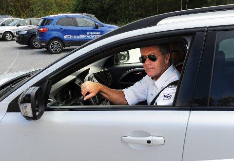 Egil Lillehaug i Smøla Taxi ser seg nødt til å parkere selskapets biler på nattestid når de nye drosjereglene trer i kraft.