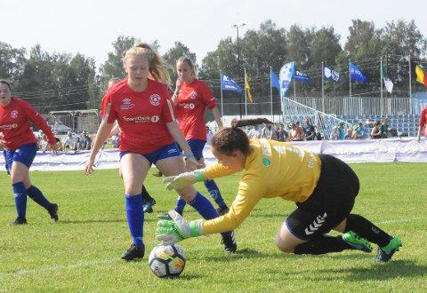 ÅPNER: Eide jenter 16 med blant andre målvakt Daniella Storvik er første ute av nordmørslagene og spiller tidlig torsdag i a-sluttspillet mot amerikanske Super7 FC.