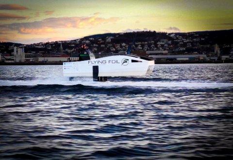 Testbåten til Flying Foil har også blitt testet i tre meter høye bølger. En fullskalamodell av båten kan bli den nye hurtigbåten mellom Kristiansund og Trondheim.