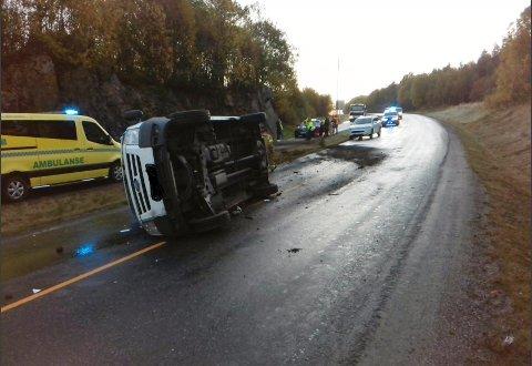 Bilen havnet på siden og veien ble stengt tirsdag formiddag. Bildet er tatt av Hustadvika brannvesen og publisert etter godkjenning fra bilfører.