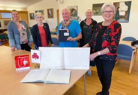 Fylkesstyret i NKS Møre og Romsdal jubler for tildelingen fra Arkivverket. Fra venstre: Fylkesleder Elinor Bolme sammen med styremedlemmene Solbjørg Varpe Naalsund (Straumsnes sl), Margaret Berg (Molde sf) Siw Ulstein (Ulsteinvik sf) og Heidrunn Avdem (Molde sf).