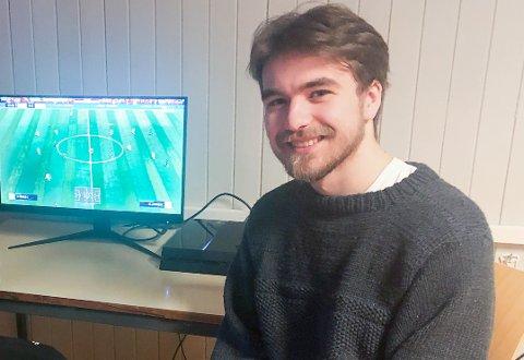 TRIVES: Julian Nygård i gamingrommet på Toten folkehøgskole.