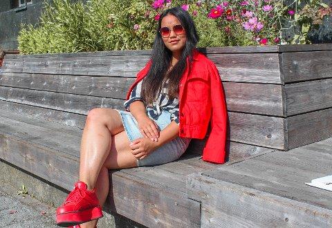 Tea Lucy fra Averøy varmer opp for Dagny under konsert i Ålesund.