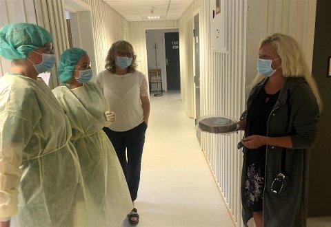 Marit Graadal, Monica Johannessen og Monica Holtan Fjeld tok imot kaken fra ordføreren på vegne av de ansatte.