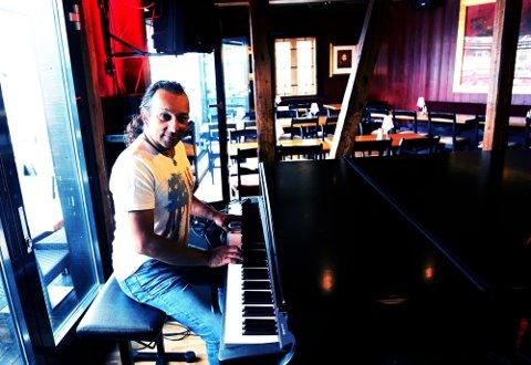 SPILLER LIVE IGJEN: Glenn Main Henriksen er nå tilbake der han aller helst vil være. På en pianokrakk. I en bar.