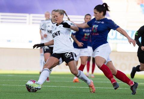 EN AV TO: Kun målforskjellen skiller RBK Kvinner og Vålerenga før siste serierunde i Toppserien. Avaldsnes er også på skuddhold, poenget bak. Her er Rosenborgs Lisa-Marie Karlseng Utland (t.v.) og Vålerengas Dejana Stefanovic i duell tidligere i sesongen.