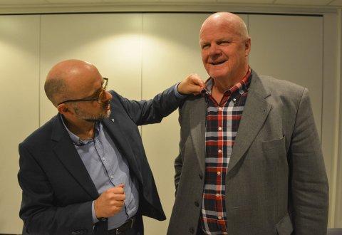 Kle deg ordentlig: Rådmann Jarle Bjørn Hanken lærte ordfører Jan Dukene ei lekse om hvordan han skulle kle seg på kommune-styremøter. Rådmannen mente ordføreren så ut som en tømmerhogger med denne skjorta. Arkivfoto