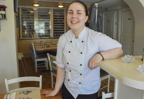 Dyktig: Christina Hagane har jobbet på Vertshuset i to år som lærling. Mye er lært underveis, ikke minst det å takle stress. Nå er hun ferdig med fagprøven, og det med glitrende resultat. Foto: Mette Urdahl