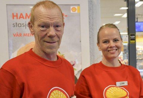 Stortrives på jobb: Johnny Barø og Lena Arneberg skryter av miljøet på Shell i Amtmannsvingen. - Vi har det fint på jobb og treffer mange trivelige kunder hver eneste dag! sier Lena. Foto: Anne Dehli