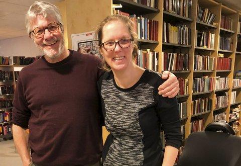 Gode kolleger: Biblioteksjef Peter Svalheim og bibliotekmedarbeider Eli Ann Rønningen. Foto: Anne Dehli