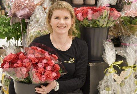 Glad i blomster: Inga Paulsen liker å bruke kreativiteten på å lage blomsterbuketer og hage hjemme på Nedenes. Foto: A.D.