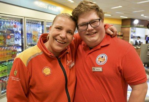 Får klem av sjefen: Fredrik Oland Grov (21) er blitt tatt godt imot av kollegene på Shell i Amtmannsvingen. Foto: Anne Dehli
