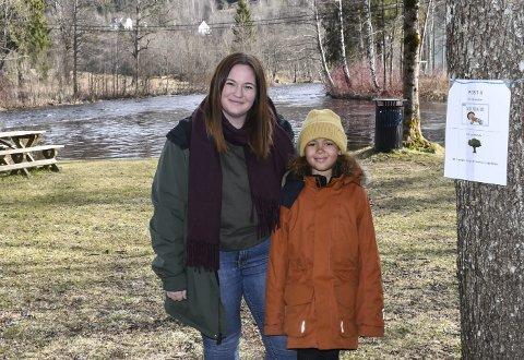 Fint å gå tur: Cathrine Lindland og datteren Sofie (8) var i helgen mye ute i de nye aktivitetsløypene som barne- og ungdomsutvalget har laget spesielt for disse koronatider. Foto: Øystein K. Darbo