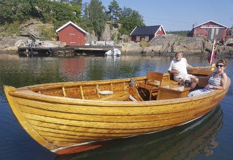 Stødig farkost: Sjekta til Rolf Schøning og Hildegard Mo Schøning var det opprinnelig Rolfs far som fikk bygget. Den er fremdeles i bruk og skinner som et smykke på sjøen. Foto: Privat