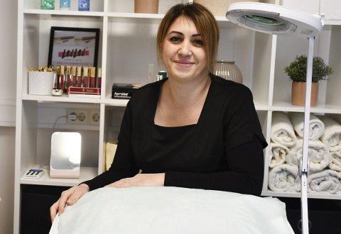 Jobber I Risør og på Vegårshei: Lilit Safaryan åpnet dørene i sin nye salong på Ubergsmoen for en uke siden. Foto: Anne Dehli