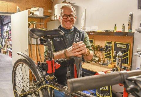 Jan Løschbrandt: Forsterker staben på Sport1 med en sykkel- og skireparatør. Glød og interesse for faget er viktigere enn lang erfaring, sier han. Foto: Olav Loftesnes