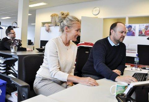 Åpent kontorlandskap gjør det lett for jobbkonsulentene Gunveig Bredal og Helge Nes i Fønix Sandefjord å hjelpe hverandre. Bak har Charlotte Bollerud og Alexander van Dreumel en prat.