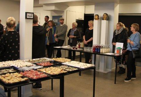 LEKKERBISKENER: Gallerieierne Ellen Kristine Kkemmetvold (nr.3 fra høyre) og Sigrid Martine Jansen byr alltid på lekkerbiskener når det er vernissasje hos Kunst & Kaos. Sponsorene var Bakeriet på Røros og Røros Bryggeri og Mineralvann fabrikk.