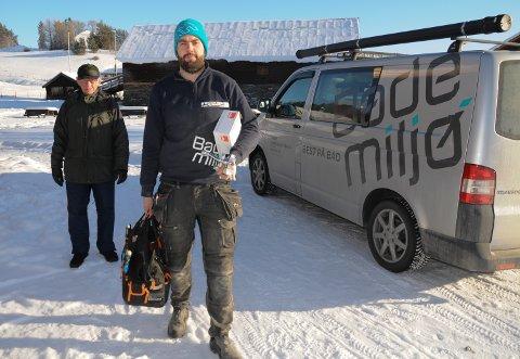 UTE PÅ OPPDRAG: Rørlegger Thomas Brovold i Tynset Varme og Sanitær rykket ut til Bortistu Neby for å hjelpe  Ola Grønn-Hagen med å åpne utslagsvasker som hadde frosset til i sprengkulda.