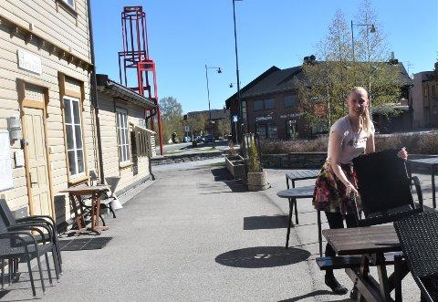 GJØR ALT KLART: Når sommeren ser ut til å ha kommet til Tynset er Reda Kekys glad for at det åpnes igjen for servering, både ute og inne, ved Mix-kiosken og Stasjon Restaurant.