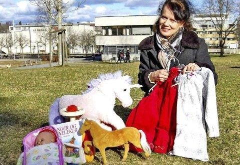 BRUKTSALG: Ulrika Bergroth-Plur i arrangementskomiteen for barneutstyrshelgen i Ås.