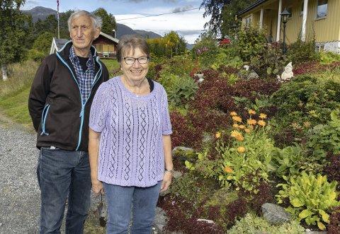 Trives: Solveig og John Einvik bruker mye tid i hagen. Resultatet er et flott hageanlegg.