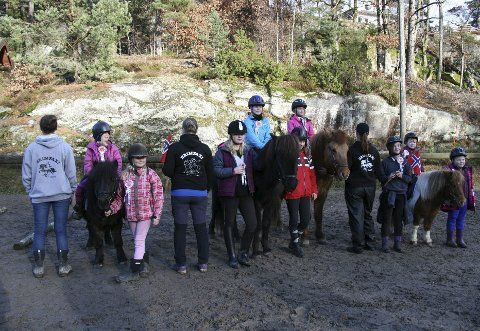 Gøy på landet: Disse heldige barna var i himmelen i helgen, da flere av dem fikk prøve seg på hesteryggen for første gang. Hrimfaxis rekruttkurs er alltid populære.  Foto: Trine Lise Bergum