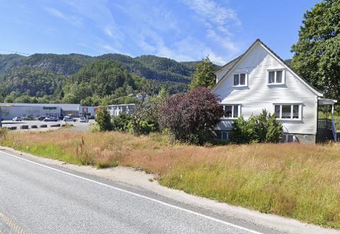 INDUSTRI: Kjøperen som er Agder VVS vil rive bolighuset for å få plass til industribygg. Rådmannen foreslår at tomten som er regulert for industriformål, selges for 455.000 kroner.