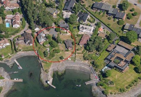 FAMILIEDRØM: Rett ved sjøen på Bygdøy vil advokat Sverre Tysland rive de to husene på bildet å bygge fire nye hus for hele familien. Foto: Opplysningen 1881