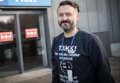 LAG TIL RETTE: Varehussjef Adrian Akgün foran inngangen til panterommet, hvor butikken har lagt til rette for pantingen. Det har bidratt til at de er butikken i Oslo hvor det pantes desidert mest.