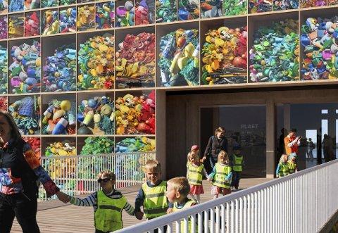 KAN ÅPNE I 2022: Snøhettas nye kunnskapssenter for plast og marin forsøpling får utstillingsvinduer som synliggjør plasten i et rutenett på fasaden av bygget. Senteret skal etter planen åpne i 2022.