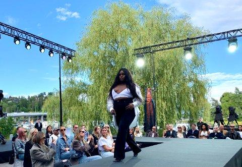 GIRLPOWER: Norsk-somaliske Ceval Omar var en av modellene som viste jeans i nye farger og fasonger på den private visningen utenfor Varner-konsernet torsdag.