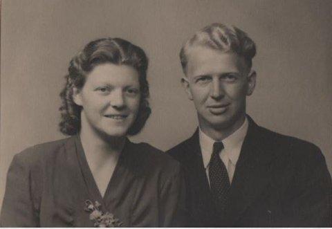 Mathias Stang og kona Johanna, fødd Tofting frå Myksoll i Lindås. Dei gifte seg i 1949 og fekk tre ungar, Oddrun født i 1950, Helge i 1953 og Janne i 1967.