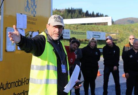 GRYTIDLEG: På NM-dagen var Terje Villanger og andre i arrangørstaben på plass på baneanlegget på Haukås i 6.30-tida om morgonen. Her eit bilde førarmøtet 20 minuttar før start.