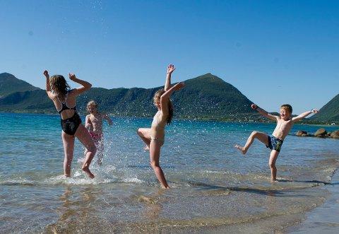 Kald fornøyelse. Maia (10) og Jørgen Tingstad (9) i sprutene vannkrig med Marthe Øijord (9) og Julie S. Bergheim (8) på Stia badeplass ved Reipå sommeren 2013. Foto: Johan Votvik