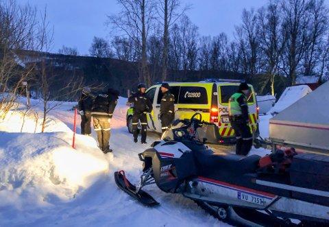 UNDERSØKER: Politiet på vei opp med scooter for å undersøke omstendighetene etter at en snøskuter gikk opp i flammer.