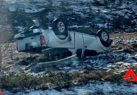 Kjørte utfor: Det skal ha gått galt da en person var på vei til jobb torsdag morgen. Lørdag er bilen fortsatt ikke fjernet.