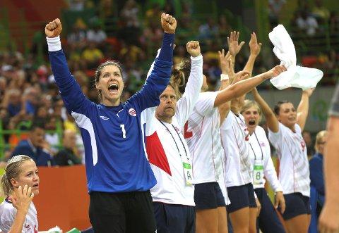 Kari Aalvik Grimsbø og resten av jentene jubler etter seier mot Sverige i OL.