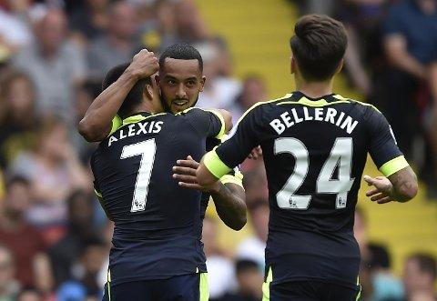 Alexis Sanchez  får en klem av Theo Walcott etter at Sanchez satte inn 2-0-målet mot Watford sist. Hector Bellerin kommer løpende til. Walcott scoret også i 3-1-seieren, og vi tror Arsenal er på gang nå!