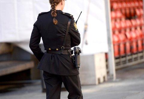 Fra 1. juli endres politiloven slik at politiet får muligheten til tidsubegrenset bevæpning ved sårbare objekter. Bildet er fra 17. mai.