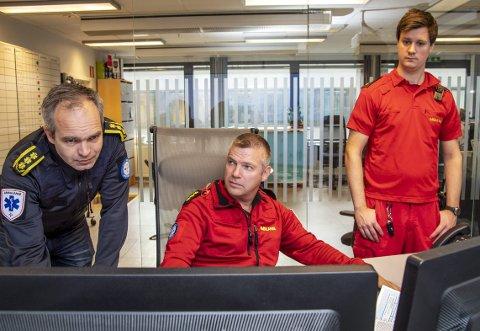 De to siste årene har AMK på Haukeland                                fått langt flere henvendelser. Her er Øyvind Østerås (t.v.), sjef ved Akuttmedisinsk avdeling,  sammen med sykepleier Sveinung Rotnes (midten) og                                              tillitsvalgt Mads L. Samuelsen.