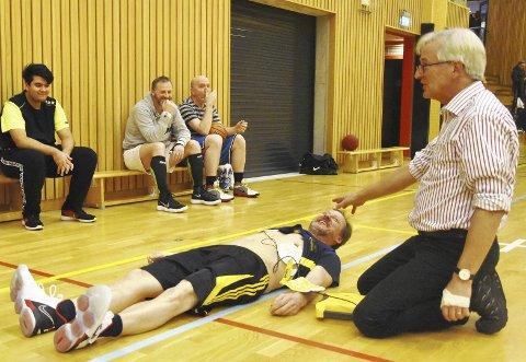 Langt bedre stemning da Arne Flataker demonstrerte gjenopplivning og hjertestarter på Fredrik Brun på onsdagens trening, enn da en av lagets spillere falt om med hjertestans forrige uke.