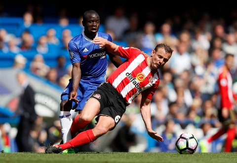 Chelsea's N'Golo Kante, left, fights for the ball with Sunderland's Lee Cattermole during the English Premier League soccer match between Chelsea and Sunderland at Stamford Bridge stadium in London, Sunday, May 21, 2017. (AP Photo/Kirsty Wigglesworth)