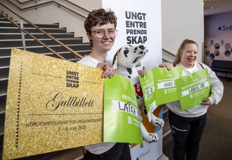 Frida Arnesen (18) og Hilde Medaas (19) viser stolt frem premiene.