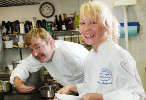 Berit Kongsvik, her med ektemannen Frode Aga, driver Restaurant Hallingstuene på Geilo. Hun sier at saken om Erna Solbergs Geilo-besøk er blåst ut av proporsjoner.