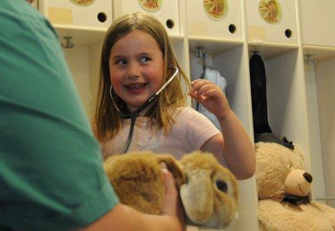 Leonora lytter på kaninen Trampe sitt hjerte.