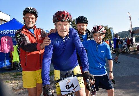 FIRE GENERASJONER: Arne Eriksen (75) stile til start med sønnen Eddie Wahl, sønnesønnen Tommy Wahl og oldebarnet Tord Kreiby Wahl i Ridder Kaggestads sykkelritt.